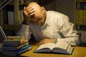 Trabalho do jovem na biblioteca-estudo — Fotografia Stock