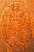 Bratislava, slovensko - 30 ledna 2014: vytesán reliéf svatého marka jako klanový patron z vinného sklípku velké slovenský výrobce. — Stock fotografie