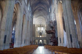LEUVEN - SEPTEMBER 3: Nave of st. Peters gothic cathedral and rays of morning sun in Sepetember 3, 2013 in Leuven, Belgium. — 图库照片