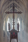 LEUVEN - SEPTEMBER 3: Presbytery and cross of st. Peters gothic cathedral and rays of morning sun in September 3, 2013 in Leuven, Belgium. — 图库照片