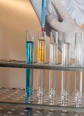 Manos por el trabajo en laboratorio — Foto de Stock