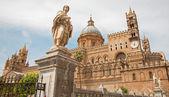 Palermo - portale meridionale della Cattedrale o duomo e la statua di Sant'Eustachio — Foto Stock
