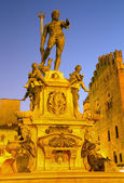 Bologna - Fontana di Nettuno or Neptune fountain on Piazza Maggiore square in dusk — Stock Photo