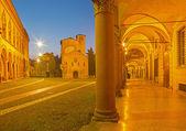 Болонья - Святого Стефана площади или площади Пьяцца Сан-Стефано в сумерках утром. — Стоковое фото