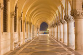 Venedik - alacakaranlıkta doge sarayı dış koridor. — Stok fotoğraf