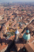 Boloňa - pohled dolů od torre asinelli do kostela st. bartolomeo e gaetano. — Stock fotografie