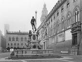 Bologna - Fontana di Nettuno or Neptune fountain on Piazza Maggiore square and Palazzo Comunale in fogy morning — Stock Photo