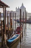 Wenecja - santa maria della salute kościoła i gondoli — Zdjęcie stockowe