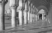 Venice - Exterior corridor of Doge palace and church Santa Maria della Salute in background. — Stok fotoğraf