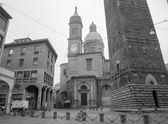BOLOGNA, ITALY - MARCH 16, 2014: Torre Asinelli and Torre Garisenda towers and church of st. Bartolomeo e Gaetano. — Photo