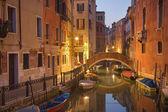 Veneza, Itália - 13 de março de 2014: Olhe para o canal de frari rio dei no crepúsculo da manhã — Fotografia Stock