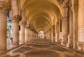 Venice - Exterior corridor of Doge palace in dusk. — Stock Photo