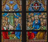 Bruges, bélgica - 12 de junho de 2014: a ascensão de jesus e da cena de pentecostes na windwopane em r. igreja jacobs (jakobskerk). — Foto Stock