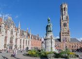 BRUGGE, BELGIUM - JUNE 13, 2014:  Grote markt with the Belfort van Brugge and Provinciaal Hof buildings and memorial of Jan Breydel and Pieter De Coninck — Stock Photo