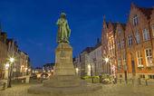 ブルージュ、ベルギー - 2014 年 6 月 13 日: ヤン ・ ファン ・ アイク記念夕暮れの夜の 1 月 calloigne (1856 年) によって. — ストック写真