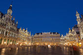 BRUSSELS, BELGIUM - JUNE 14, 2014: The main square and Ggrand palace in evening. Grote Markt. — Stock Photo