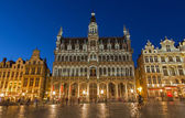 BRUSSELS, BELGIUM - JUNE 14, 2014: The main square and Grand palace in evening. Grote Markt. — Stock Photo