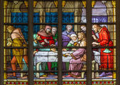 BRUSSELS, BELGIUM - JUNE 16, 2014: Stained glass window depicting Jesus and the twelve apostles on maundy thursday at the Last Supper in the cathedral of st. Michael and st. Gudula. — Foto de Stock