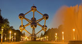 BRUSSELS, BELGIUM - JUNE 16, 2014: Atomium with the at dusk. Modern building was originally constructed for Expo '58 and  shows the unit cell of an iron crystal magnified 165 billion times — Stock Photo