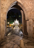 TOLEDO - MARCH 8: Gothic gate of bride Puente de Alcantara at night on March 8, 2013 in Toledo, Spain. — Stock Photo