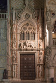 Venice - portal of Doge palace at night - Porta Della Carta by Francesco Foscari — Stock Photo
