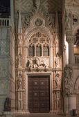 Venice - portal of Doge palace at night - Porta Della Carta by Francesco Foscari — Stok fotoğraf