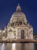 Venezia - santa maria della Chiesa della salute e gondole nel crepuscolo della sera — Foto Stock
