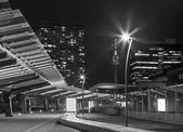 Vienne, Autriche - 17 février 2014: bâtiments élevés à côté unocity et donautum en arrière-plan au crépuscule — Photo