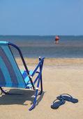 Sahilde bir plaj sandalyesi — Stok fotoğraf