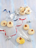 Mandlové sušenky s slivered mandle na vrcholu — Stock fotografie