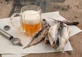 Bira ve kuru balık — Stok fotoğraf