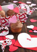 Valentine chocolate cupcake and Valentine card — Stock Photo