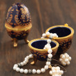 Egg shaped casket with a pearl necklace and earrings — ストック写真