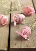 Easter eggs and flowers on wooden background — Stok fotoğraf