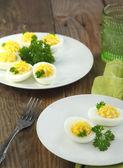 Deviled Eier mit Petersilie in einem Teller — Stockfoto