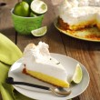 Slice of Key lime pie with fresh limes — Stock Photo