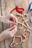 Hacer un collar de perlas — Foto de Stock