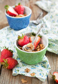 Healthy breakfast. Wholegrain cereals and fresh strawberries. — Stock Photo