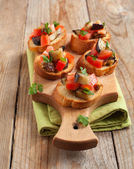 Tomatoes, eggplants and parsley crostini — 图库照片
