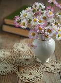 Bouquet de flores com livros. foco seletivo — Foto Stock