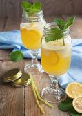 холодный свежий лимонад. выборочный фокус — Стоковое фото