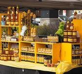Assortimento di prodotti di miele e cera d'api. mercato degli agricoltori. — Foto Stock
