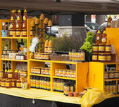 Assortment of honey and beeswax products. Farmers market. — 图库照片