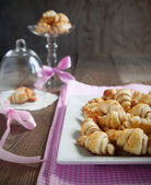 Rugelach with cinnamon and sugar filling in bowl — Stock Photo
