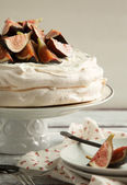 Meringue cake with figs — Stock Photo