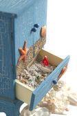 Námořní dekorace. malá dekorace skříňka s pískem a dekorace — Stock fotografie