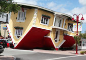NIAGARA FALLS, Canada - AUG 4: Attraction Upside Down House in Niagara Falls, Canada, August 4, 2013 — Stock Photo