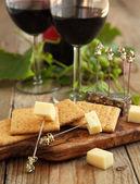 Queso y galletas con vasos de vino tinto — Foto de Stock