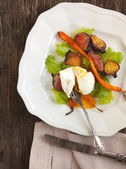 Roasted-vegetable salad with poached eggs — Stock Photo