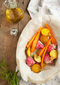 Fresh beetroots and carrots in dish ready for baking — Stock Photo